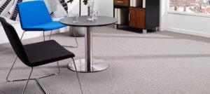 Et gulvtæppe fåes i 400 og 500 cm rullebredde.