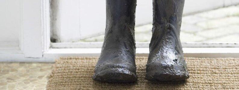 Den lukkede overflade gør, at gulvet ikke suger væske til sig